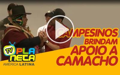 Na cidade de La Paz na Bolívia campesinos brindam apoio a Camacho