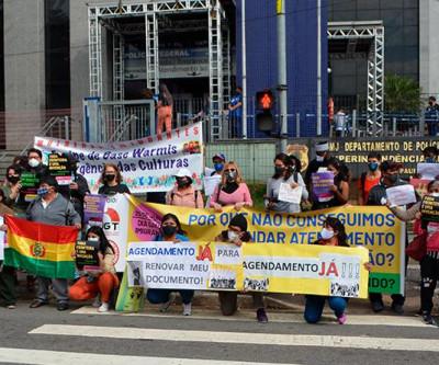 Com o slogan AGENDAMENTO JÁ!!!  Imigrantes realizam protesto em frente a PF em São Paulo.